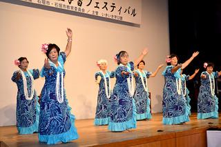 東日本大震災の一日も早い復興を願ってダンスを披露したリコ・フラサークルの人たち=9日午前、石垣市民会館中ホール