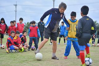 FCISHIGAKIの子どもたちを指導するジェファFCの李済華代表=9日午前、真栄里公園