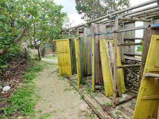 老朽化で更衣室かシャワー室かが分からなくなっている施設=11日、米原キャンプ場