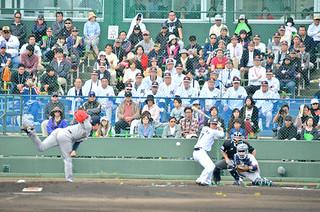 石垣島初のオープン戦となった千葉ロッテ対オリックス戦。観客席には多くのファンが詰めかけた=16日午後、石垣市市中央運動公園野球場