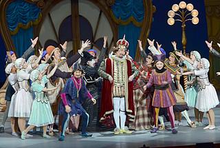 出演者と観客が一体となってステージを盛り上げた劇団四季のミュージカル「はだかの王様」公演=19日午後、石垣市民会館大ホール