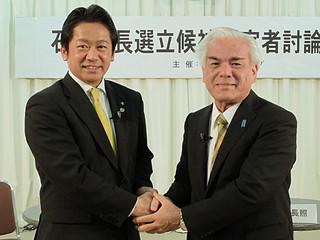 討論会を終え、握手する中山義隆氏(左)と大浜長照氏=20日午後2時ごろ、ICT文化ホール