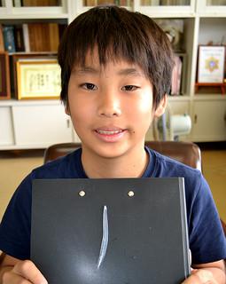 野底小学校近くの西浜でレプトケファルスを見つけた武田草太君=21日午後、同校校長室