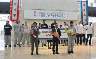 石垣島での公式戦を前に来島した琉球ゴールデンキングスと高松ファイブアローズの選手ら=21日午後、南ぬ島石垣空港