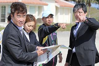 2015年度の石垣島トライアスロンの復活に向け、新コースを設計するため島内6カ所を視察した日本トライアスロン連合の大塚眞一郎専務理事(右)ら=23日午後、新港地区