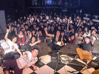 ライブ終了後、聴衆とともに田村さん(中央)の誕生日を祝うメンバーら=16日、渋谷のライブハウス