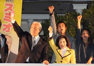 街頭演説会で、山本太郎参議(後方)らと「頑張ろう」をする大浜長照氏=24日夕、市内登野城