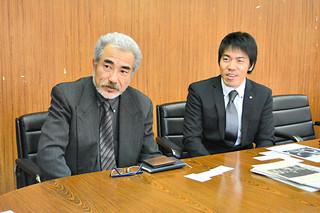 FESPAの初開催を報告する日本航空の平野マネージャー(左)=24日午後、市役所庁議室