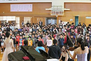 音楽グループ「ピアチェーレ」による芸術音楽鑑賞会で披露された伸びやかな歌声に聴き入る児童ら=25日午前、石垣小学校体育館