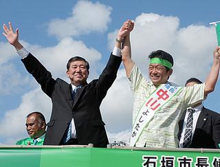 街頭演説で石破茂幹事長(左)と支持を呼びかける中山義隆氏=25日午後、730交差点