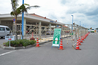 屋根付きバス停の工事が進められている石垣港離島ターミナル