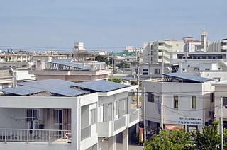 屋根上に設置された太陽光発電システムのパネル。導入する家庭が急速に増えている=27日、石垣市登野城