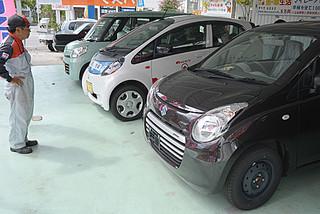 八重山にも押し寄せる自動車の駆け込み需要=2月28日午前、市内登野城の自動車販売店