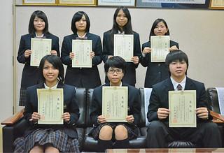 数種目の検定試験1級を合格した生徒ら=2月28日午後、八重山商工校長室