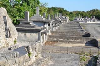墓が集約されている竹富島の墓地=資料・1月29日