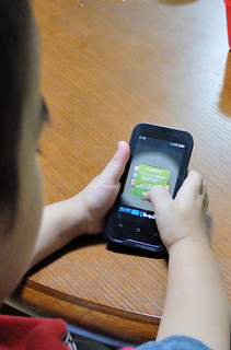 スマートフォンなどで手軽に遊べるオンラインゲーム。課金でトラブルが発生している=資料写真