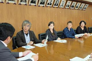 発達支援システムの構築を求めている障がい児をもつ親の会5団体のメンバーら=2013年12月10日、市役所庁議室。