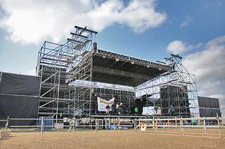 8日のミュージックフェスティバル「TsunDAMI ISLAND FESTIVAL2014」に向けて急ピッチで準備が進められる会場=5日午後、石垣港新港地区
