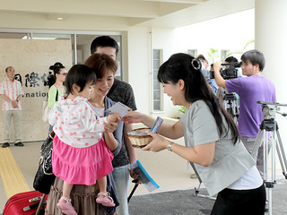 新石垣空港の開港に伴い、直行便で石垣に到着した台湾人観光客ら。市は台北事務所の開設で経済交流の活発化を目指している=2013年3月7日、南ぬ島石垣空港