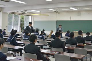 試験官から問題用紙と解答用紙が配布され、試験開始を待つ受験生たち=6日午前、八重山高校