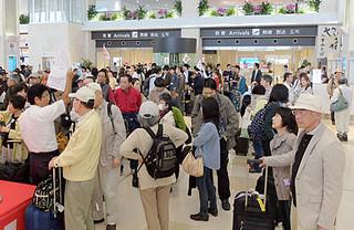 7日で開港から1年を迎える南ぬ島石垣空港。到着ロビーは連日、団体客で混雑している=6日午後1時50分ごろ、国内線ターミナル