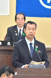竹富町議会3月定例会で2014年度施政方針演説を行った川満栄長町長=7日午後、議場