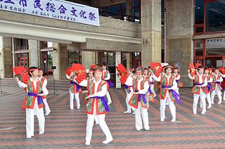 石垣市民踊愛好部会のアトラクション「人生前向きに」で開幕した第19回石垣市民総合文化祭=8日午後、市民会館ピロティ