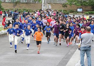 日ごろ各スポーツで鍛えた健脚を競い合った2013年度石垣市スポーツ少年団マラソン交流大会=9日午前、市中央運動公園