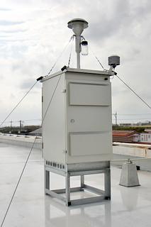 八重山福祉保健所に設置され、1日から正式運用されているPM2・5測定機=11日午後、同保健所