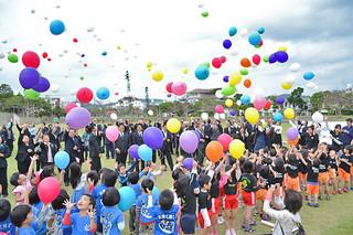被災地復興への願いを風船に託し、空へ放った参加者ら=11日午後、新栄公園