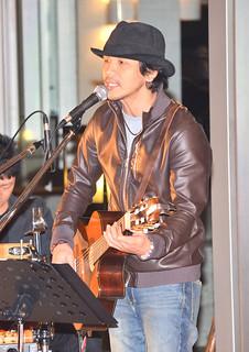 島唄チャリティーコンサートでオリジナル曲を披露した前花雄介さん=11日夜、ANAインターコンチネンタル石垣リゾート
