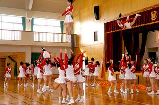 ため息の出るような大胆な演舞を披露する箕面自由学園高等学校のチアリーディング部ゴールデンベアーズ=1日・久部良小学校体育館