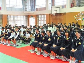 児童5人と生徒6人の門出を祝った竹富小中学校の卒業式=12日午後、同校体育館