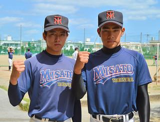 甲子園の大舞台に挑む美里工業高校の西里翔選手(左)と砂川隆之佑選手=11日午後、美里工業高校