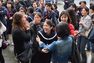 八重山商工高校の合格発表で、自分の番号を見付け、喜びを爆発させる受験生ら=13日午前、同校