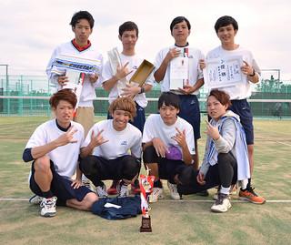 Aクラス男子で優勝したゆとり世代=写真はいずれも16日午後、市中央運動公園テニスコート