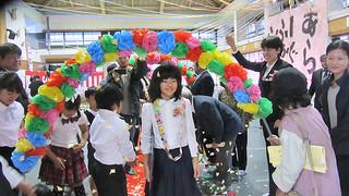 比川小学校で唯一の卒業生となった、長濵菜々美さん(中央)=20日、同校体育館