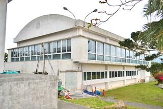 老朽化が著しい明石小学校の体育館=20日午後。2014年度内に建て替えられる予定だ
