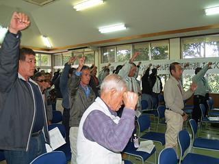 サトウキビ増産推進大会で気勢を上げる生産者ら=22日、構造改善センター