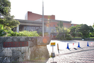 放送設備改修工事で8月いっぱい休館が予定されている石垣市民会館=25日午後