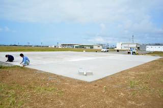 4月1日の供用開始に向け、急ピッチで工事が進められている急患搬送用の新ヘリポート=25日午前、旧石垣空港