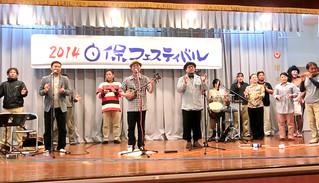 「2014白保フェスティバル」で熱唱する迎里計さん(中央右)と大泊一樹さん(同左)=写真はいずれも23日、大阪市大正区の大阪沖縄会館