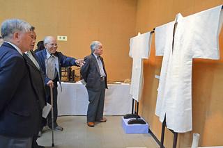 100点余を紹介している新収蔵品展。中央左は芋麻朝衣などを寄贈した小濱勝義さん=28日午前、八重山博物館