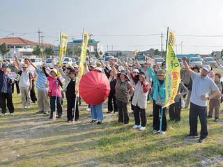 海上自衛隊練習艦隊の石垣入港を前に抗議集会を開いた人たち=30日午後4時45分ごろ、八島小入口交差点近く