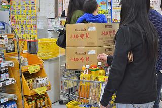 箱ごと商品を買い込む買い物客=29日夕、石垣市内の大型店