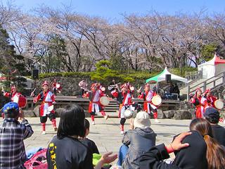 多くの人出でにぎわったさくらエイサー祭り=3月29日、北区王子の飛鳥山公園