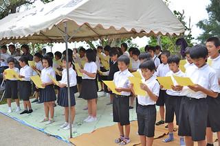 「アカハチの歌」を合唱して遺徳をしのぶ児童ら=2日午前、赤蜂慰霊碑前