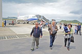 台北—石垣路線の再開で石垣島を訪れた台湾からの観光客=2日午後、南ぬ島石垣空港