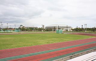 1日から市中央運動公園条例施行規則の一部が改正され、障がい者の使用料が全額免除となっている同公園陸上競技場などの各施設=3日午後、市中央運動公園陸上競技場