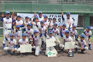 大会初の3連覇を喜ぶ少年スネークのナイン(JTA宮古支社提供)